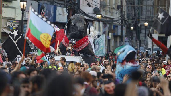 Pasacalles con Perro Matapacos en la calle Valparaíso   - Sputnik Mundo