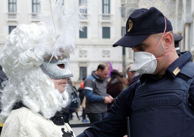 Policía con mascarilla durante el carnaval de Venecia