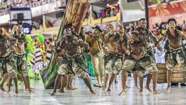 Membros da escola de samba Acadêmicos do Cubango durante desfile da Série A do Carnaval do Rio de Janeiro de 2020. - Sputnik Mundo