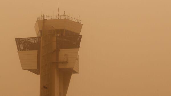 Una torre de control durante una tormenta de arena que se desató en el norte de África y llegó a las islas Canarias - Sputnik Mundo