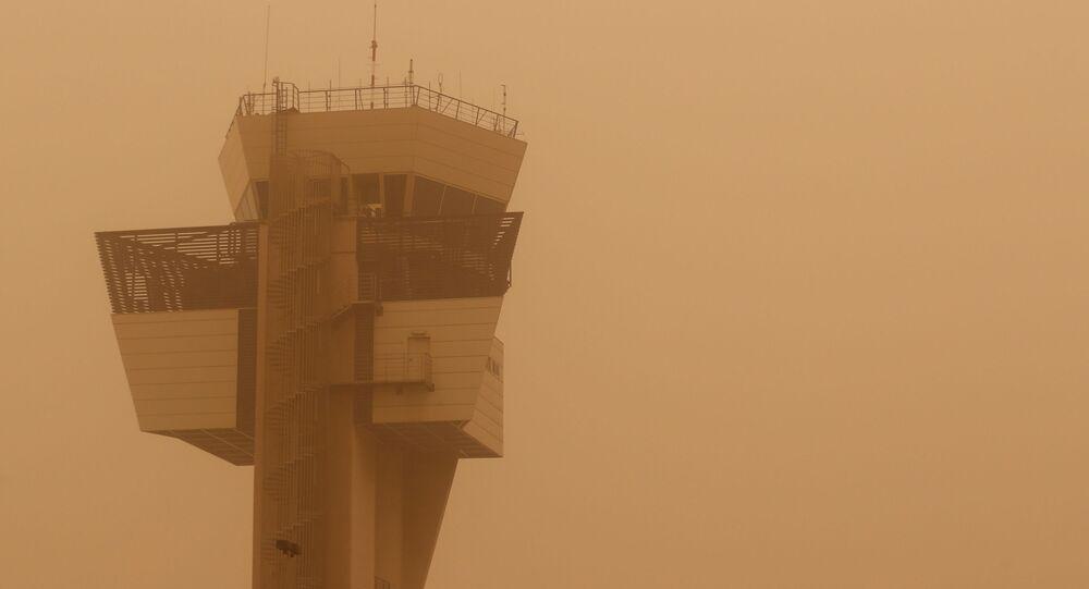 Una torre de control durante una tormenta de arena que se desató en el norte de África y llegó a las islas Canarias