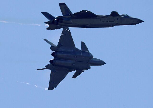 Cazas chinos de la quinta generación J-20