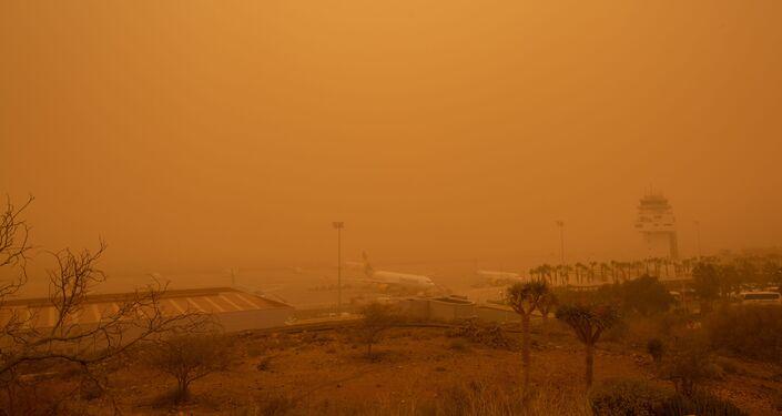 Aspecto del aeropuerto Tenerife Sur  (Tenerife, Islas Canarias) durante tormenta de arena