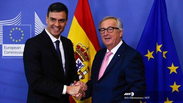 Pedro Sánchez y Jean-Claude Juncker - Sputnik Mundo