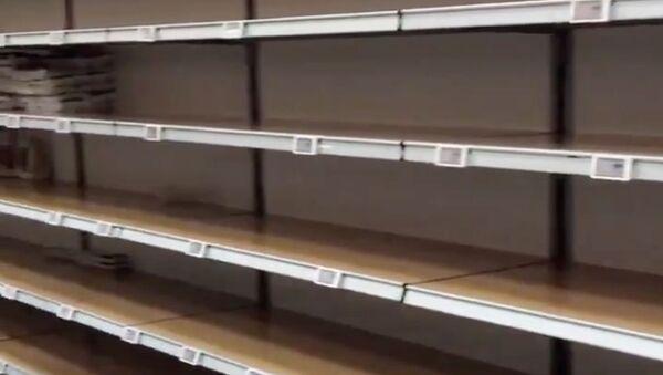 Unas góndolas vacías en un supermercado en Milán - Sputnik Mundo