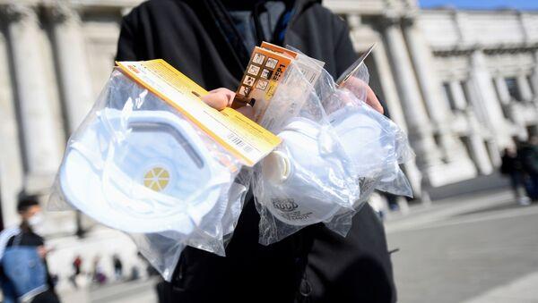 Una persona con mascarillas en Italia durante el brote del coronavirus - Sputnik Mundo
