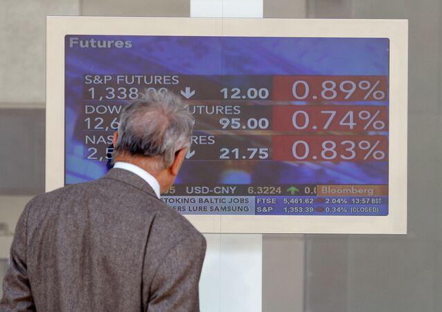 Una pantalla en la Bolsa de Milán (archivo)