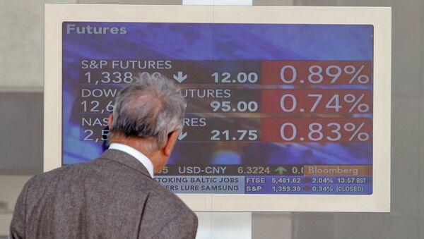 Una pantalla en la bolsa de Milán (archivo) - Sputnik Mundo