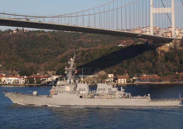 El destructor USS Ross de la Armada de Estados Unidos cruza el estrecho del Bósforo en dirección al mar Negro