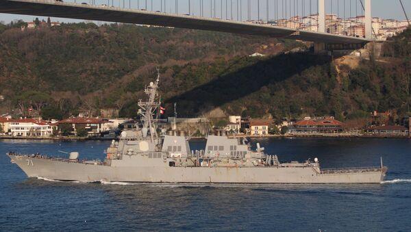 El destructor USS Ross de la Armada de Estados Unidos cruza el estrecho del Bósforo en dirección al mar Negro - Sputnik Mundo