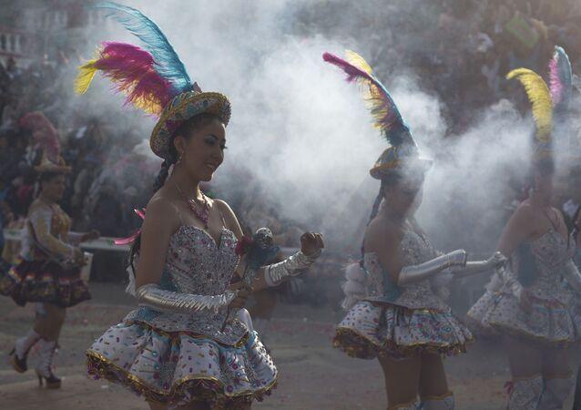 Bailarinas durante la edición 2020 del Carnaval de Oruro, el más popular de Bolivia