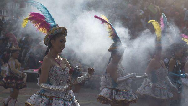 Bailarinas durante la edición 2020 del Carnaval de Oruro, el más popular de Bolivia - Sputnik Mundo
