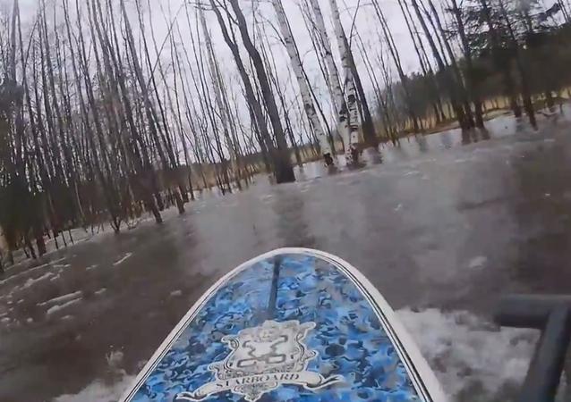 Este ruso sabe cómo aprovechar las inundaciones