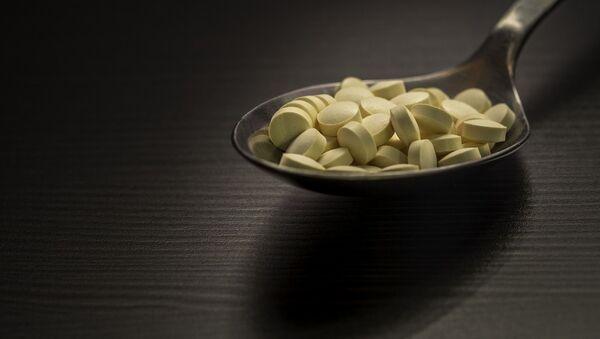 Unas pastillas en una cuchara (imagen referencial) - Sputnik Mundo