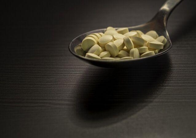 Unas pastillas en una cuchara (imagen referencial)