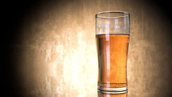 Un vaso con cerveza - Sputnik Mundo