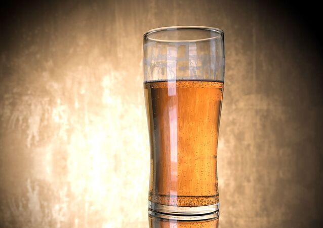 Un vaso con cerveza