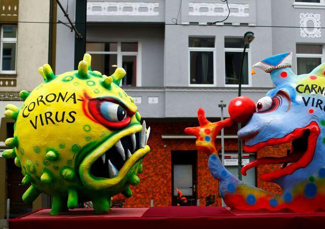 Figuras de coronavirus y 'carnaval virus' en Dusseldorf, Alemania