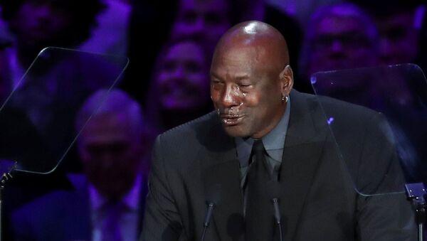 La estrella del baloncesto Michael Jordan llora durante su discurso en la ceremonia de homenaje al fallecido deportista Kobe Bryant - Sputnik Mundo