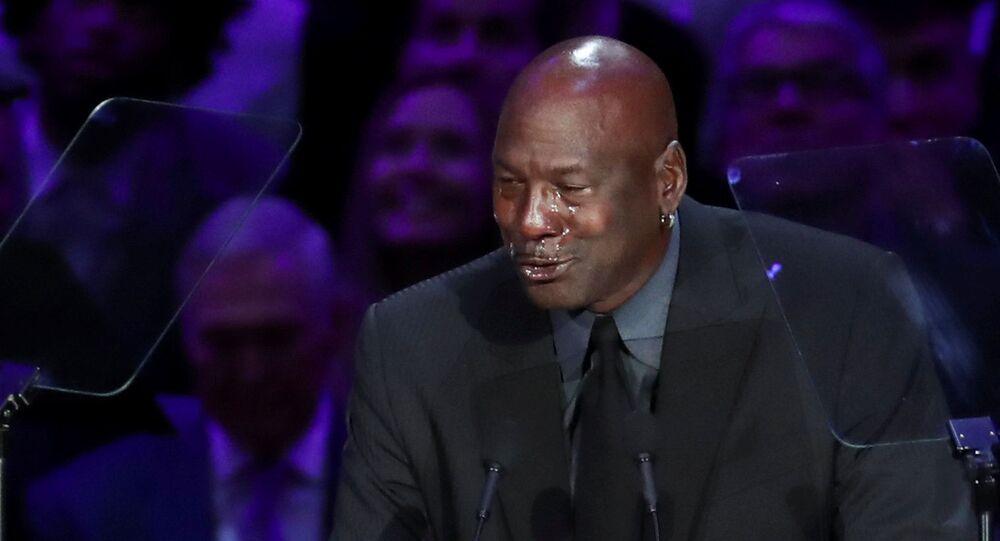 La estrella del baloncesto Michael Jordan llora durante su discurso en la ceremonia de homenaje al fallecido deportista Kobe Bryant