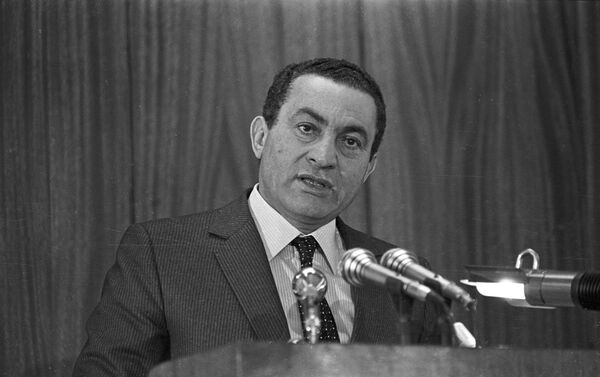 Hosni Mubarak pronuncia un discurso en la Academia de Policía de El Cairo en 1985 - Sputnik Mundo