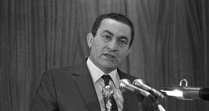 Hosni Mubarak pronuncia un discurso en la Academia de Policía de El Cairo en 1985