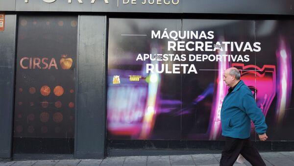 Un hombre pasa por delante de salón de apuestas en Vallecas, Madrid. - Sputnik Mundo