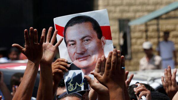 Los partidarios de Hosni Mubarak sostienen su cartel para celebrar su liberación frente a la puerta principal de la prisión de Tora, en las afueras de El Cairo - Sputnik Mundo