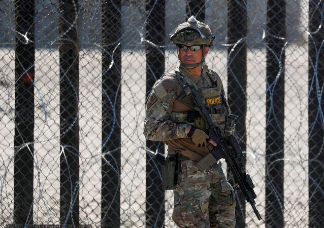 Un agente de Aduanas y Protección Fronteriza de Estados Unidos