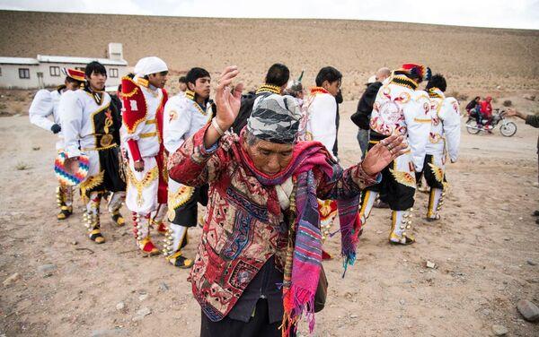 Habitantes preparándose para celebración del Carnaval con trajes típicos. - Sputnik Mundo