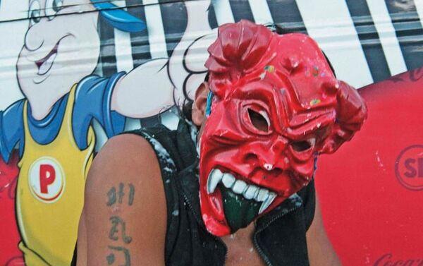 Hombre con máscara de diablo. - Sputnik Mundo