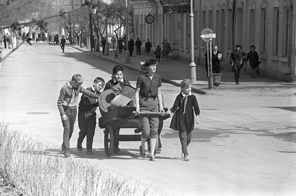Sábados comunistas y casitas de pájaros: así celebraban la llegada de la primavera en la URSS   - Sputnik Mundo