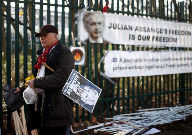 Un cartel contra la extradición de Julian Assange