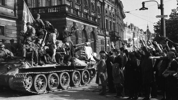 Los residentes de Praga saludan a las tropas soviéticas (1945) - Sputnik Mundo