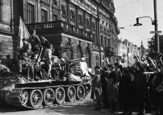 Los residentes de Praga saludan a las tropas soviéticas (1945)