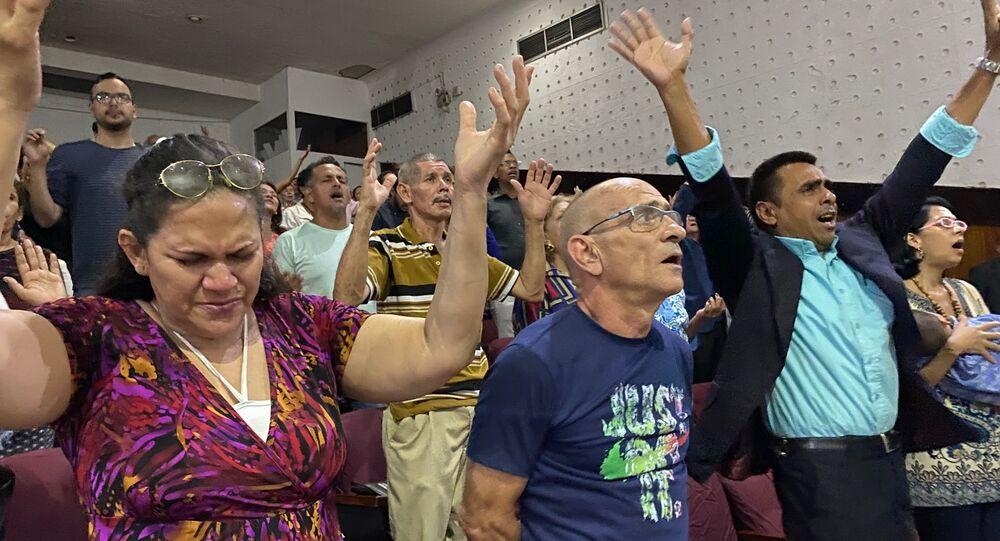 Varios fieles participan del culto de domingo en el Centro Cristiano Imperial del barrio de La Candelaria en Caracas