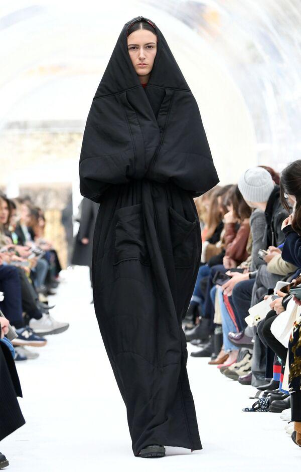 De puritana a libertina: las sensuales imágenes de la Semana de la Moda de París  - Sputnik Mundo