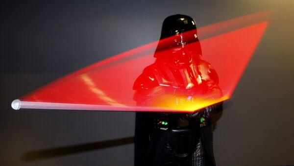 Darth Vader con su espada láser de Star Wars - Sputnik Mundo