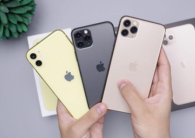 Una persona sostiene varios iPhones