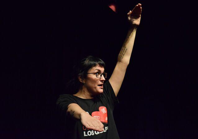 Pamela Palenciano durante una actuación de su obra 'No solo duelen los golpes'