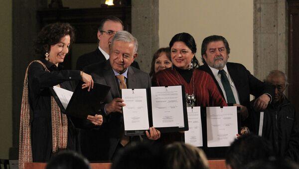 El presidente de México, Andrés Manuel López Obrador, y la directora general de la Unesco, Audrey Azoulay - Sputnik Mundo