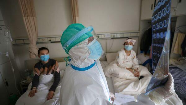 Un médico en un hospital de Wuhan, China - Sputnik Mundo