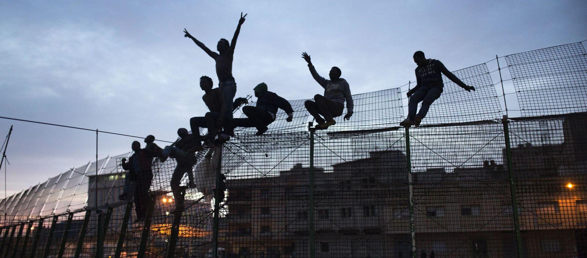 Inmigrantes subsaharianos trepan por la valla de Melilla - Sputnik Mundo, 1920, 28.02.2020