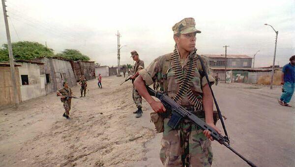 Soldados peruanos patrullan una ciudad cerca de la frontera con Ecuador, 1995 (imagen referencial) - Sputnik Mundo