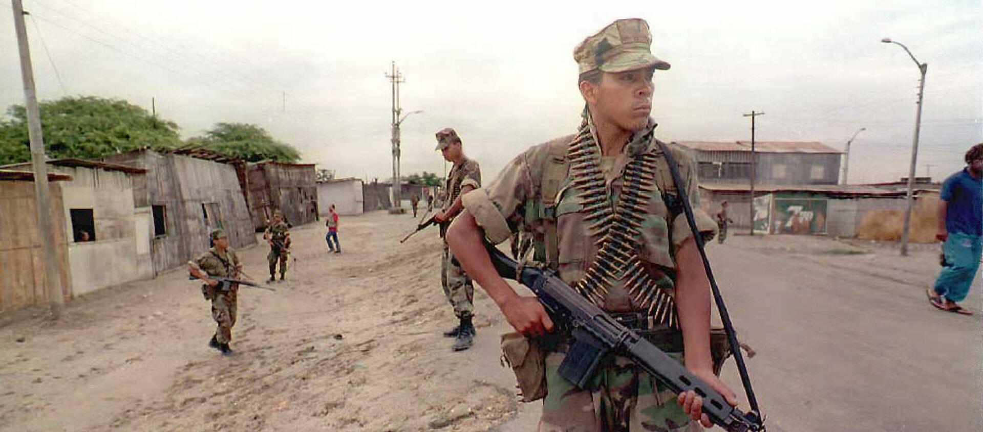 Soldados peruanos patrullan una ciudad cerca de la frontera con Ecuador, 1995 (imagen referencial) - Sputnik Mundo, 1920, 28.02.2020