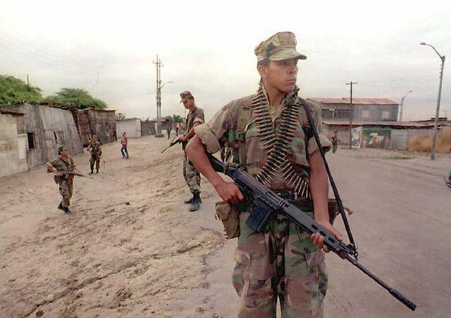 Soldados peruanos patrullan una ciudad cerca de la frontera con Ecuador, 1995 (imagen referencial)