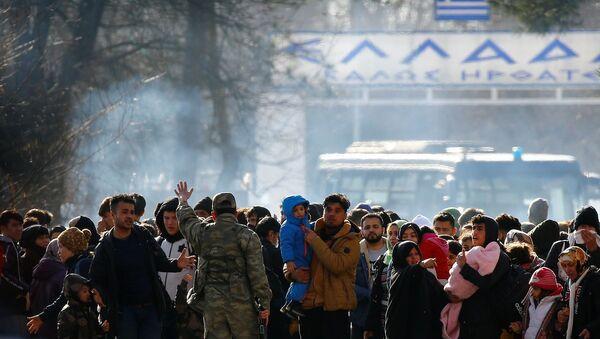 Inmigrantes sirios se hacinan en la frontera entre Turquía y Grecia - Sputnik Mundo