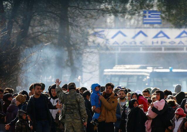 Inmigrantes sirios se hacinan en la frontera entre Turquía y Grecia