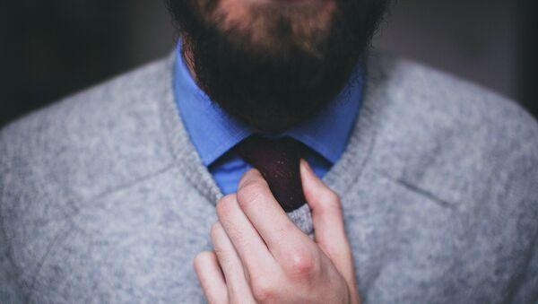 Un hombre con barba ajusta su corbata - Sputnik Mundo