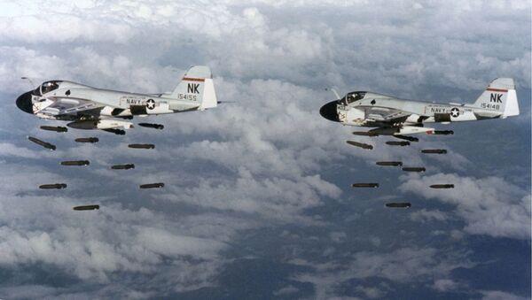 Dos bombarderos Grumman A-6A Intruder lanzan bombas contra Vietnam - Sputnik Mundo